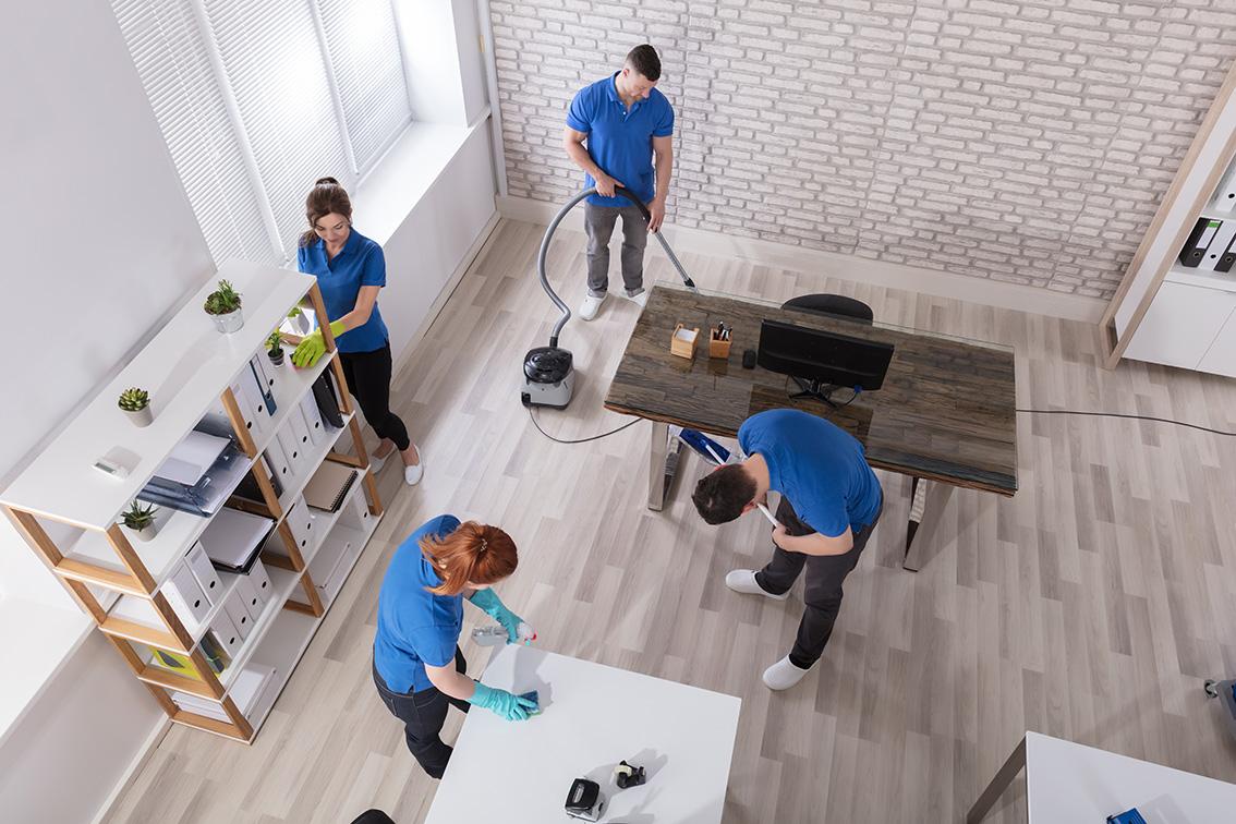 Reinigungskräfte putzen ein Büro
