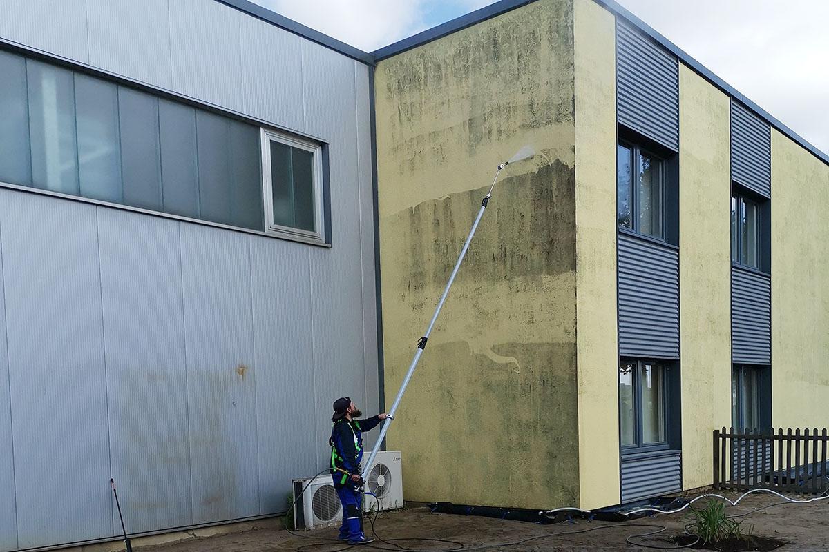 Fassade-Reinigungslösung auftragen