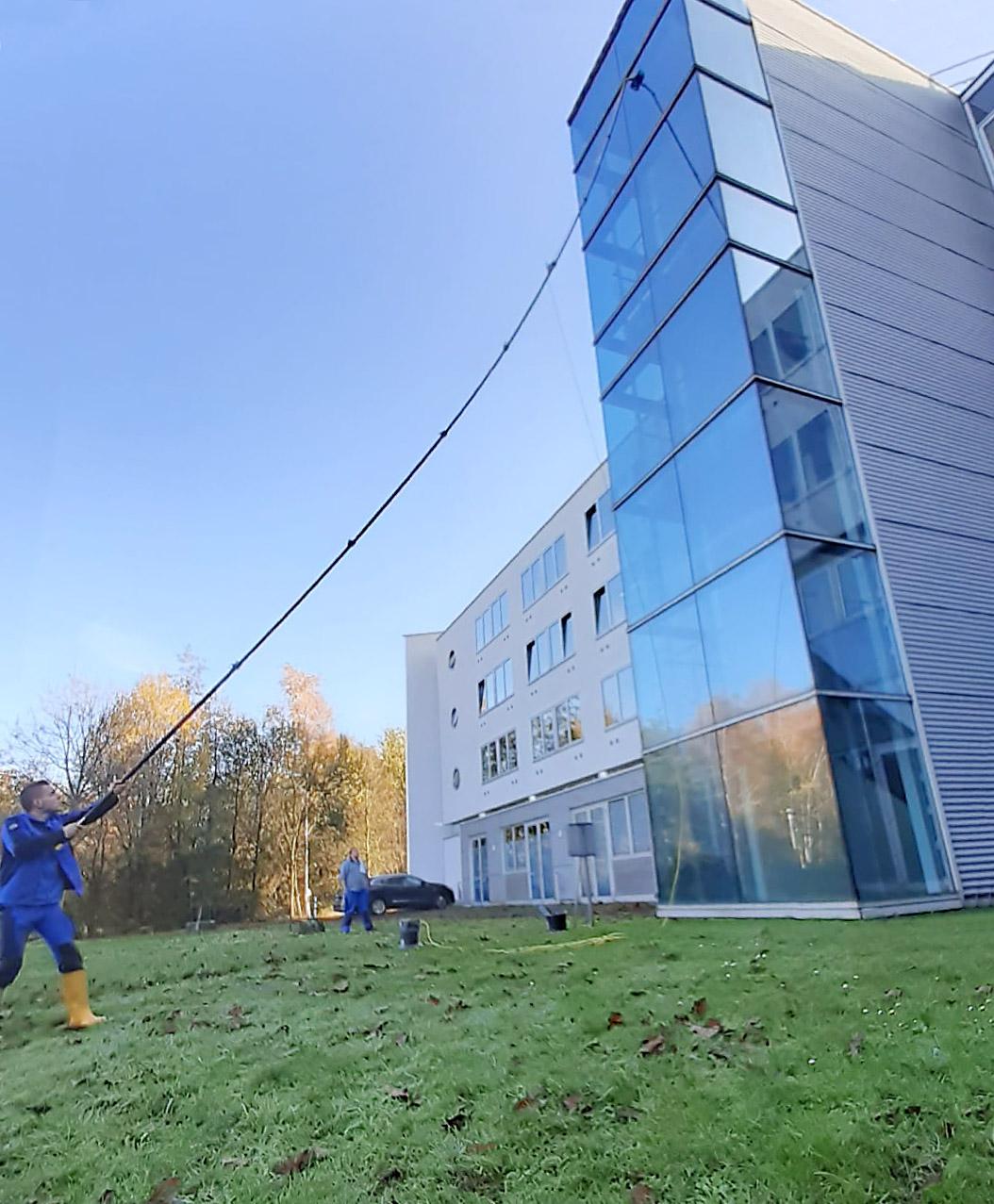 Glas-Fassade mit 14m-Waschlanze